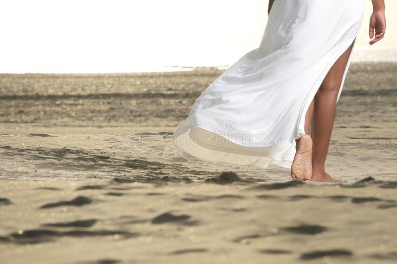 Marche nu-pieds sur le sable images stock