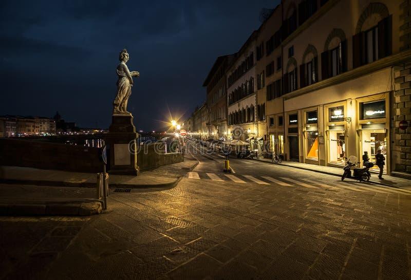 Marche par la nuit Florence Ponts de la vieille ville à travers Arno River l'Italie photos libres de droits
