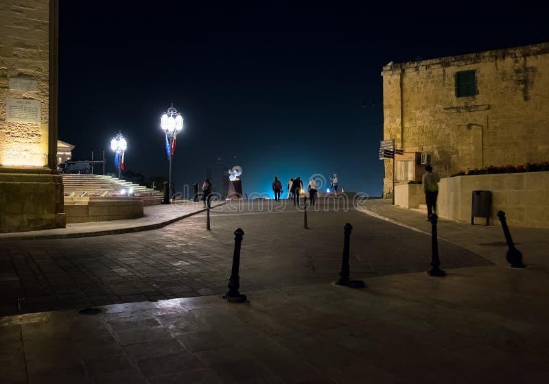 Marche par la nuit Malte Style maltais à la lumière des lanternes de nuit image libre de droits