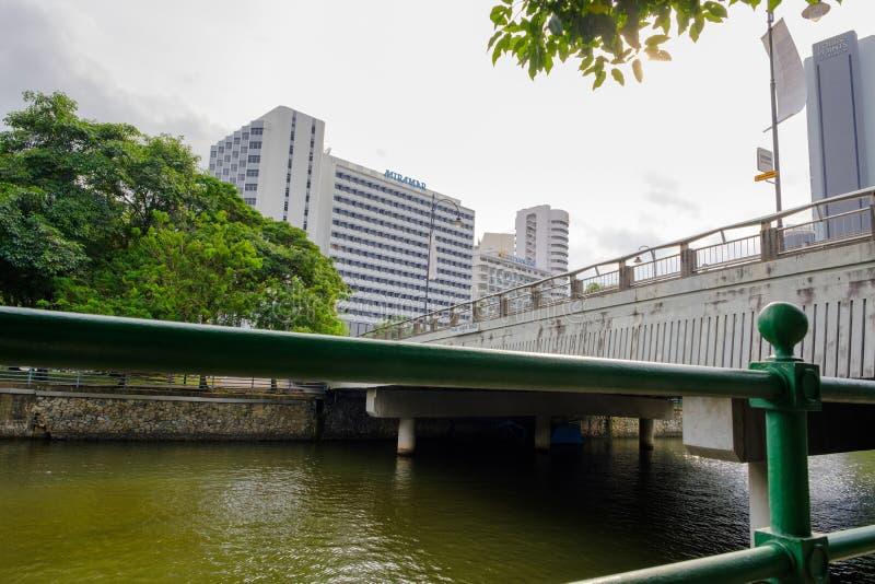 Marche par le pont en rue de Saiboo image libre de droits