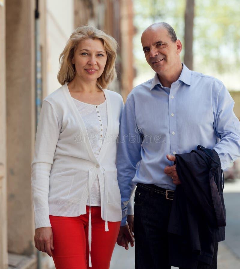 Marche par les couples supérieurs de famille de rue tenant des mains photographie stock libre de droits