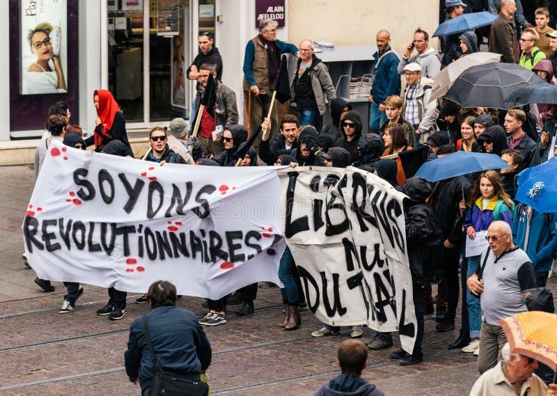 Marche politique pendant un jour national français contre la La de Macrow photo libre de droits