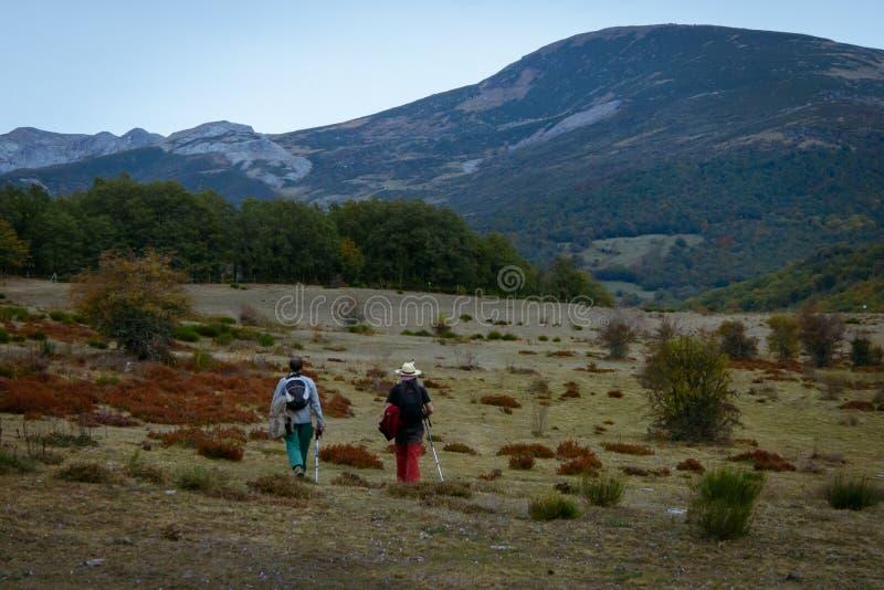 Marche pour deux hommes sur la montagne de Palencia photographie stock