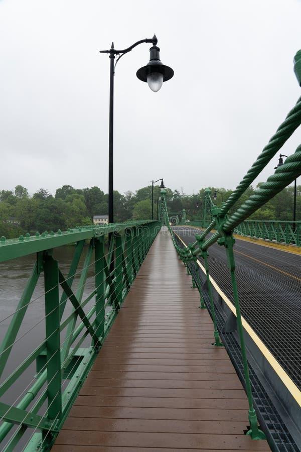 Marche sous la pluie au-dessus du Riegelsville images libres de droits