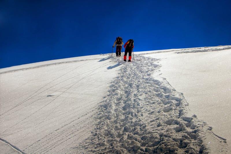 Marche sur la neige photographie stock libre de droits