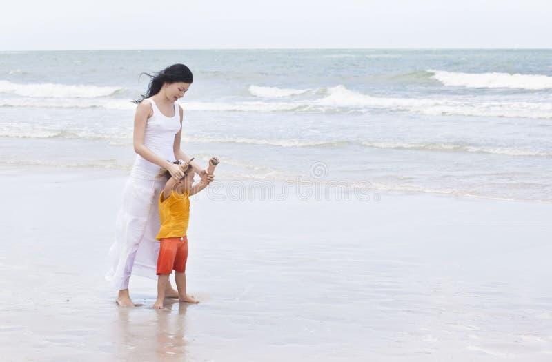 Marche sur la plage photos stock
