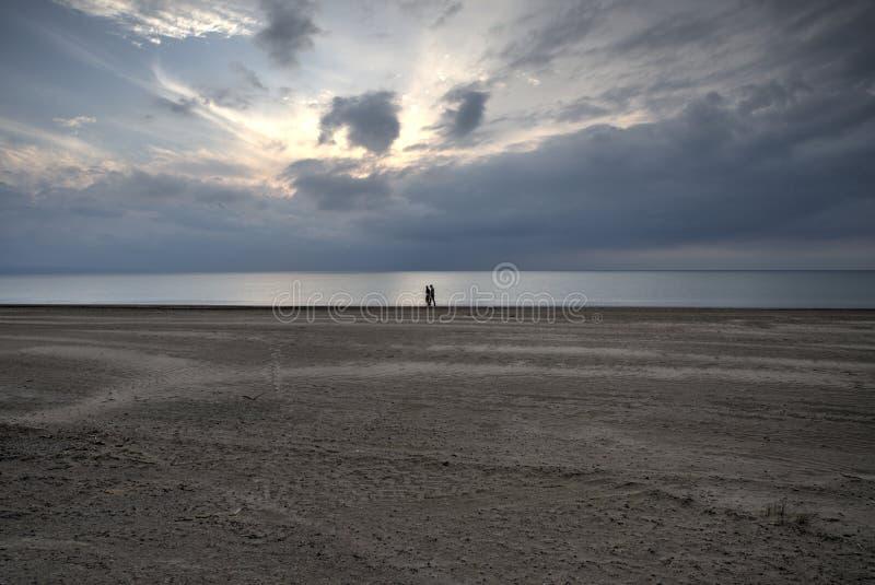 Marche sur la plage au coucher du soleil photos libres de droits