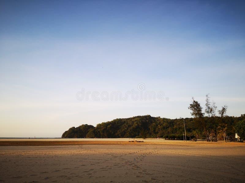 Marche sur la plage sablonneuse et beau jour ensoleillé avant coucher du soleil photographie stock libre de droits
