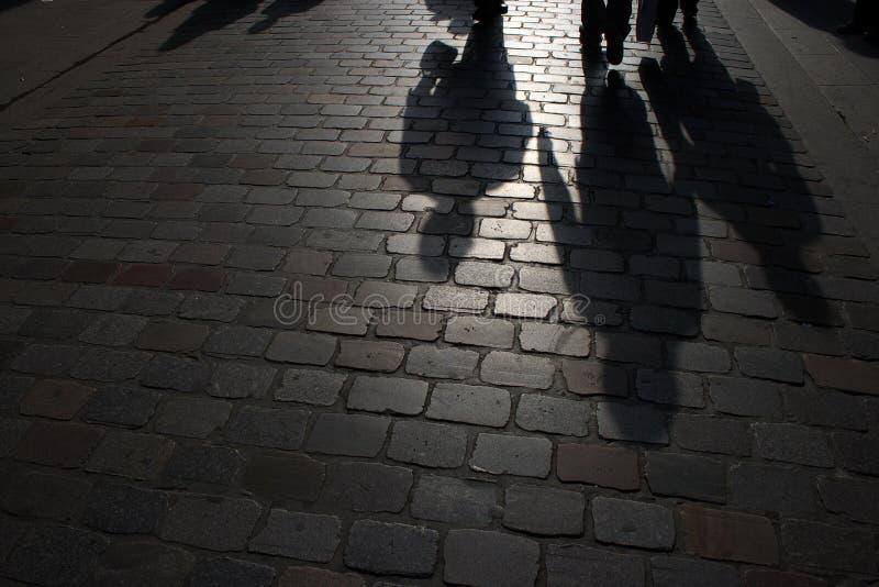 Marche sur la rue la nuit photos libres de droits