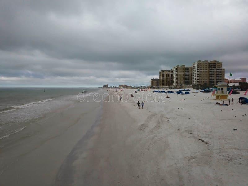 Marche sur le bord du ` s de plage photo libre de droits