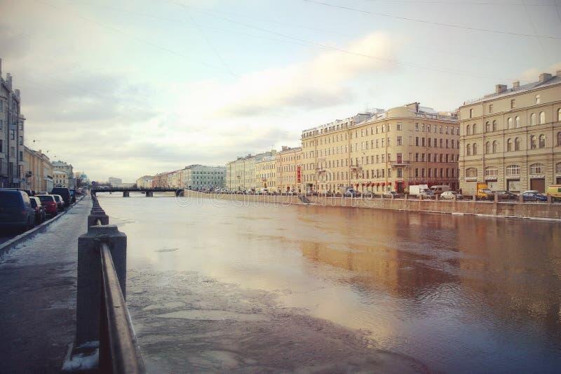 Marche sur les ponts de Pétersbourg photographie stock
