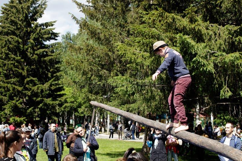 Marche sur un rondin Vacances nationales traditionnelles Sabantuy en parc de ville images stock