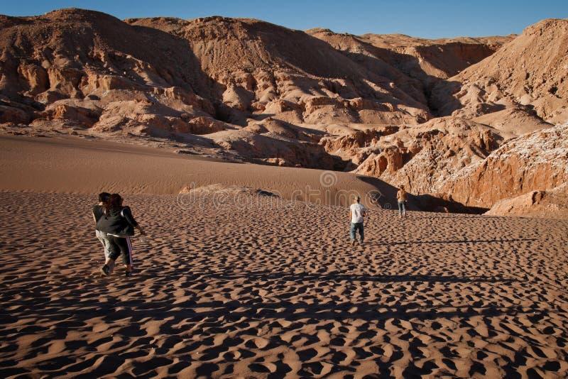 Marche vers le bas en dunes à la La luna de valle De photographie stock libre de droits
