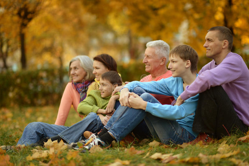Marchent une famille nombreuse images stock