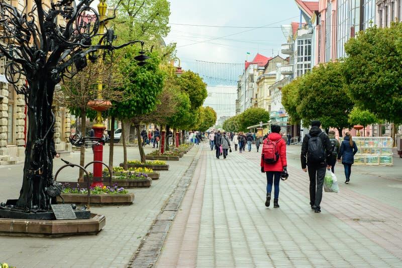 Marchent une ville ukrainienne magnifique Ivano-Frankivsk 2017 ans photographie stock libre de droits