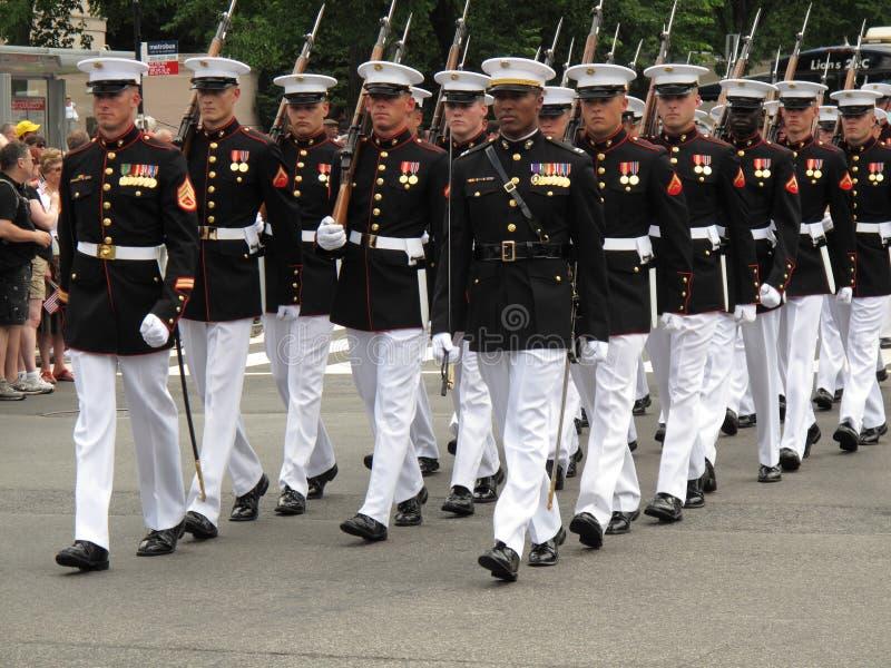 Marcherende Marine stock afbeeldingen
