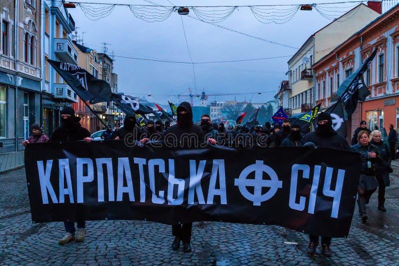 Marchersåterkallelsehjältar av Carpathian Ukraina i Uzhhorod arkivbild