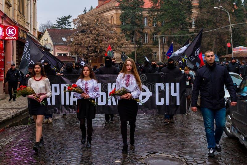 Marchersåterkallelsehjältar av Carpathian Ukraina i Uzhhorod royaltyfri bild