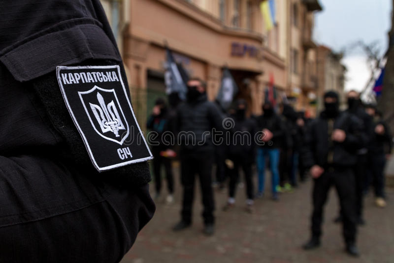 Marchersåterkallelsehjältar av Carpathian Ukraina i Uzhhorod royaltyfri fotografi