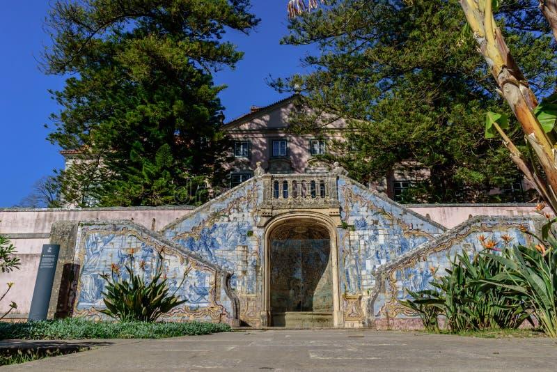 Marchese del palazzo di Pombal, di Oeiras - 10 marzo 2019 - fontana di Embrechados, della decorazione e delle mattonelle nel giar immagini stock libere da diritti