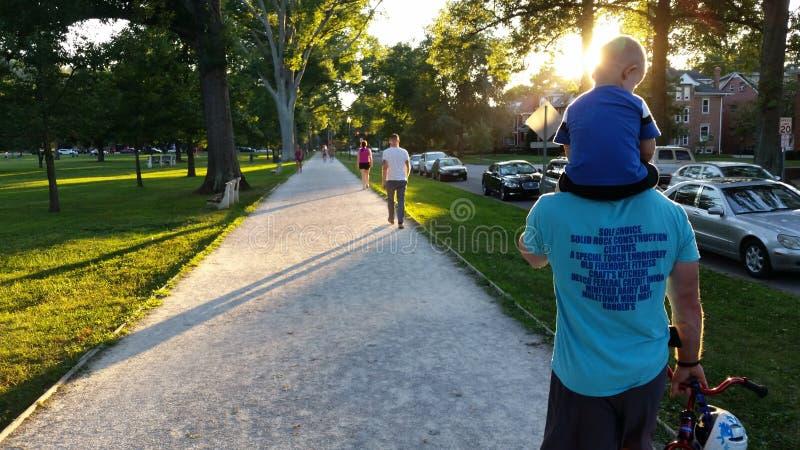 Marcheurs au coucher du soleil image libre de droits