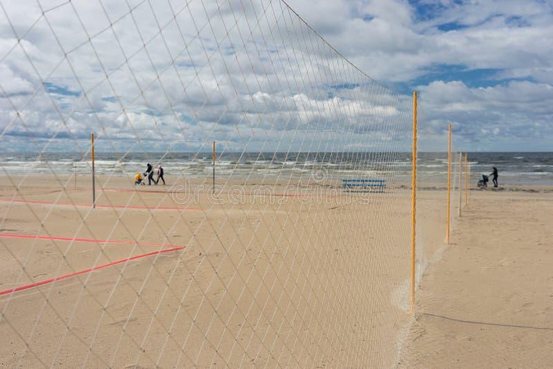 Marcheurs avec la famille de poussettes sur la mer de plage photographie stock