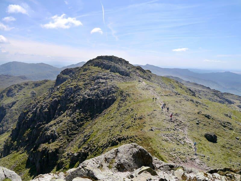 Marcheurs entre le sommet et le pli trois de rocher de pli image stock