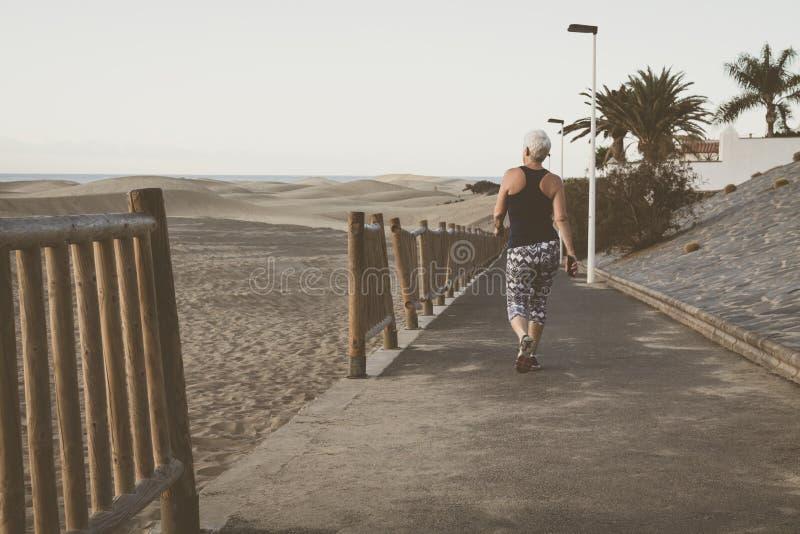 Marcheurs et coureurs sur la promenade de bord de la mer image stock