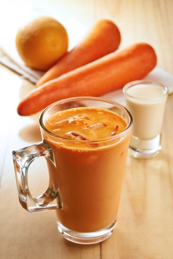 Marchew miesza sok z owoców pomarańczowych zdjęcia royalty free