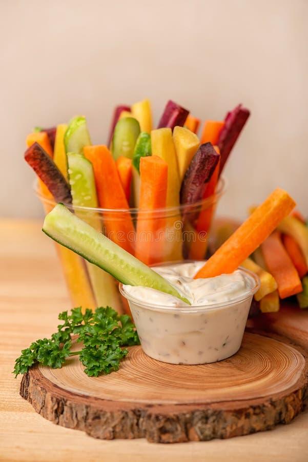marchewki, ogórków warzywa julienned z kwaśną śmietanką fotografia royalty free