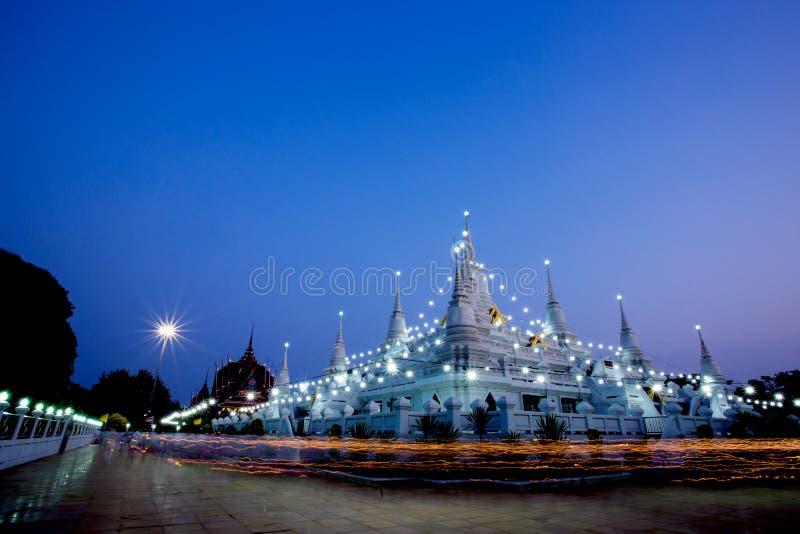Marchez avec les bougies allumées à disposition autour au temple d'Asokaram image libre de droits