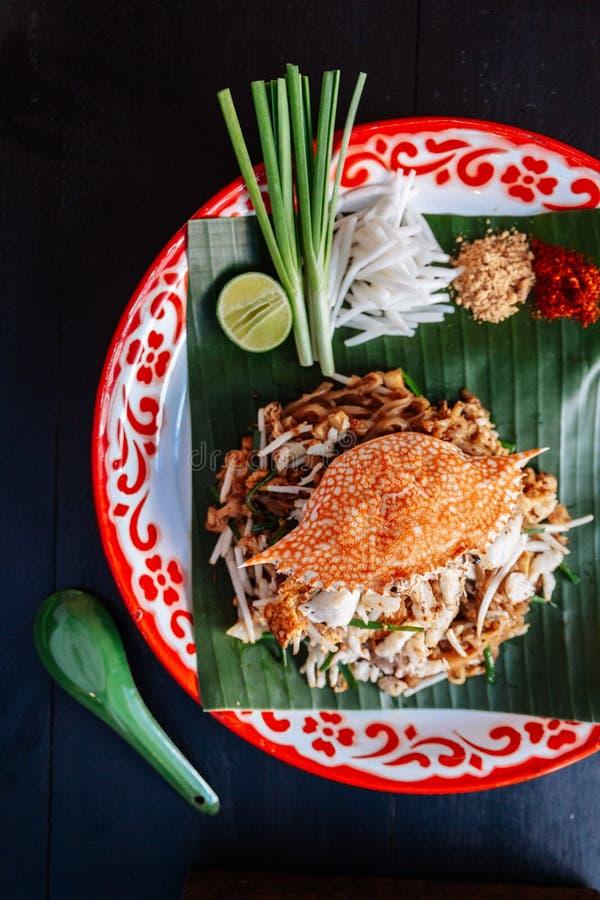 Marchez en crabe thaïlandais de protection servi avec la chaux, oignons blancs, pousses de haricot poudre écrasée d'arachide et d photos stock