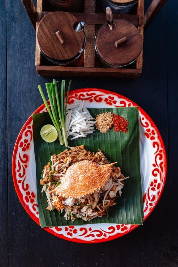 Marchez en crabe thaïlandais de protection servi avec la chaux, oignons blancs, pousses de haricot poudre écrasée d'arachide et d photos libres de droits