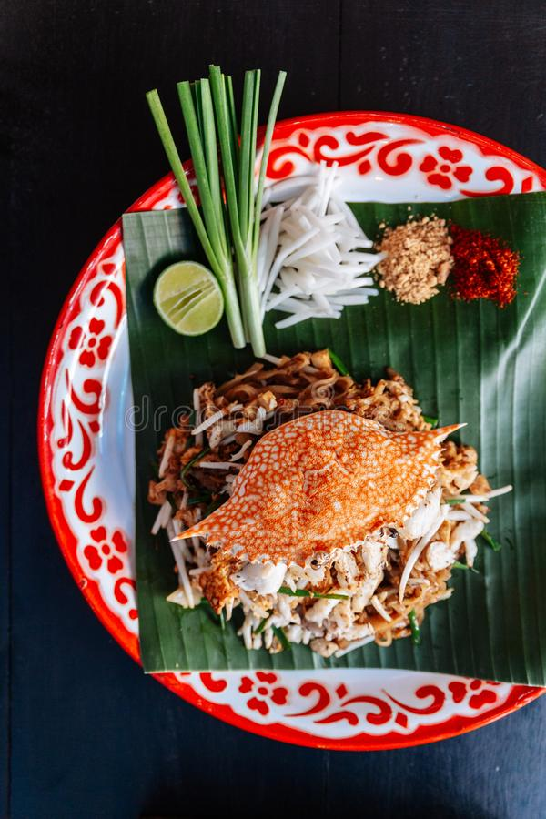 Marchez en crabe thaïlandais de protection servi avec la chaux, oignons blancs, pousses de haricot poudre écrasée d'arachide et d photo libre de droits