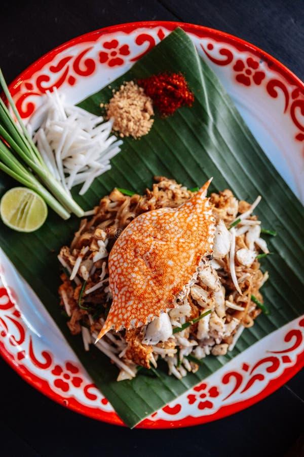Marchez en crabe thaïlandais de protection servi avec la chaux, oignons blancs, pousses de haricot poudre écrasée d'arachide et d photographie stock libre de droits
