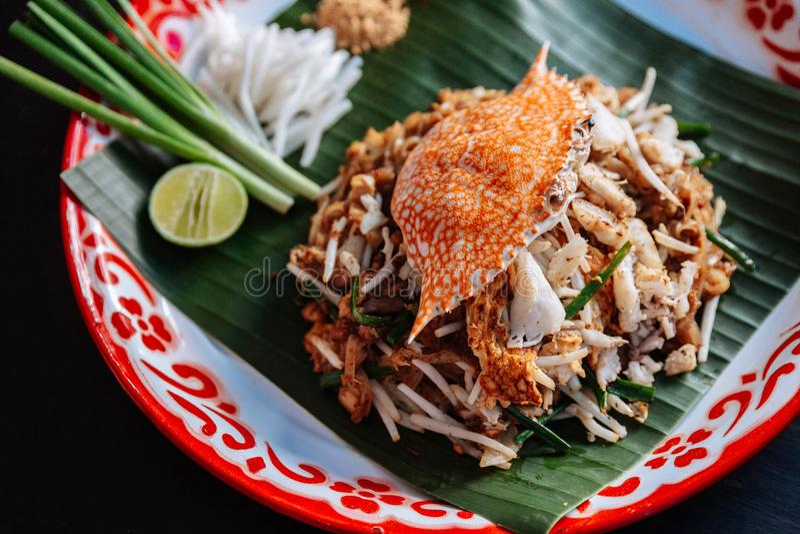 Marchez en crabe thaïlandais de protection servi avec la chaux, oignons blancs, pousses de haricot poudre écrasée d'arachide et d image stock