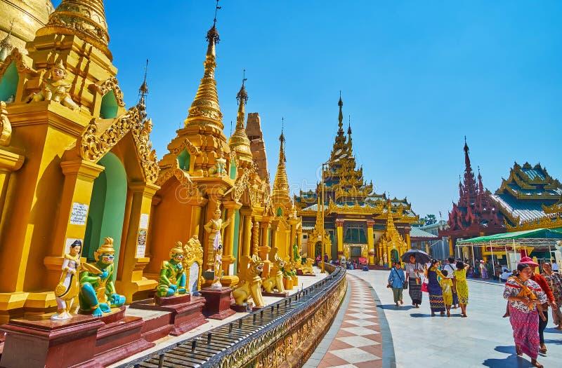Marchez le long des stupas de Shwedagon, Yangon, Myanmar image libre de droits