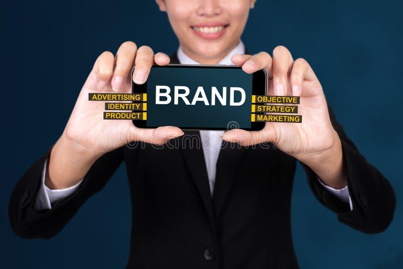 MARCHI A CALDO il concetto, marca felice del testo di Show della donna di affari sul fon astuto immagini stock libere da diritti