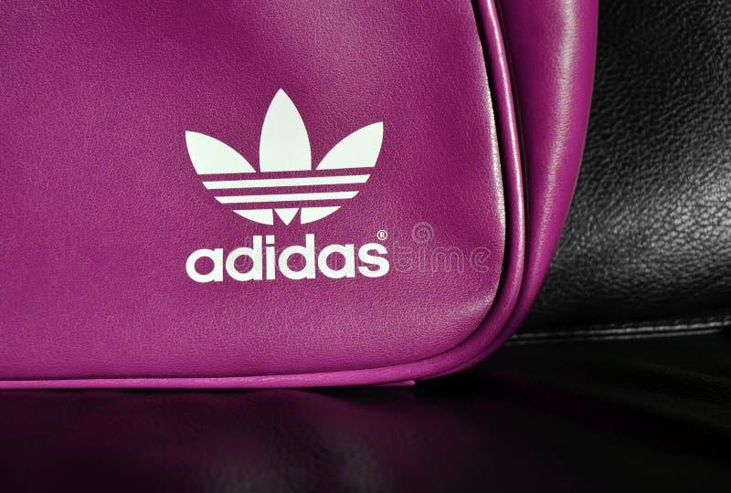 Marchio bianco di Adidas sul sacchetto fotografie stock libere da diritti