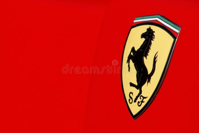 Marchio del Ferrari sull'automobile sportiva rossa immagini stock