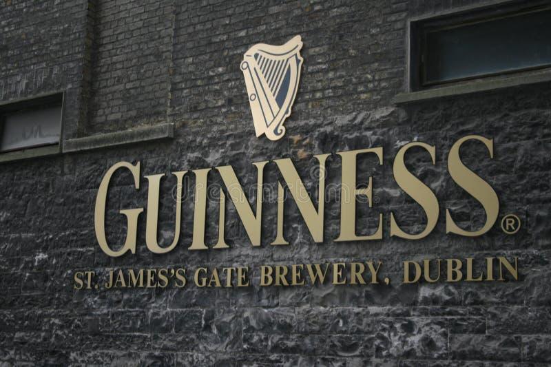 Marchio della fabbrica di birra del Guinness a Dublino fotografia stock