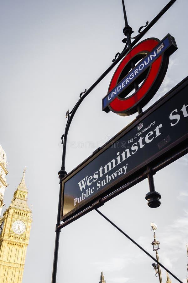 Marchio sotterraneo di Londra alla stazione di Westminster fotografia stock libera da diritti