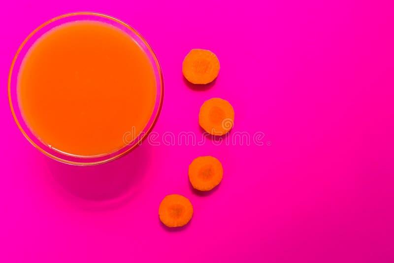 Marchwiany sok odizolowywa na różowym tle najlepszy widok kosmos kopii zdjęcia stock