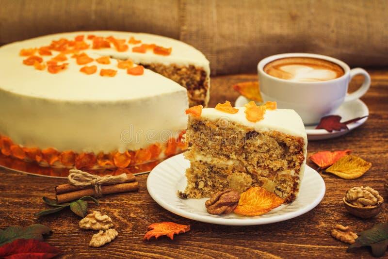 Marchwiany tort z cappuccino na drewnianym tle zdjęcie stock