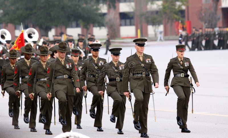 Marcia degli istruttori di trivello del Corpo della Marina immagini stock libere da diritti