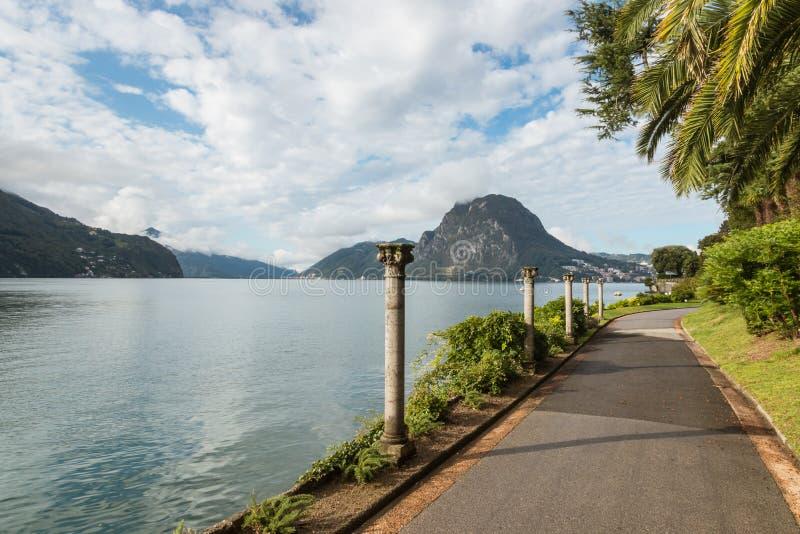 Marciapiede con le colonne lungo il lago di Lugano, Svizzera fotografie stock
