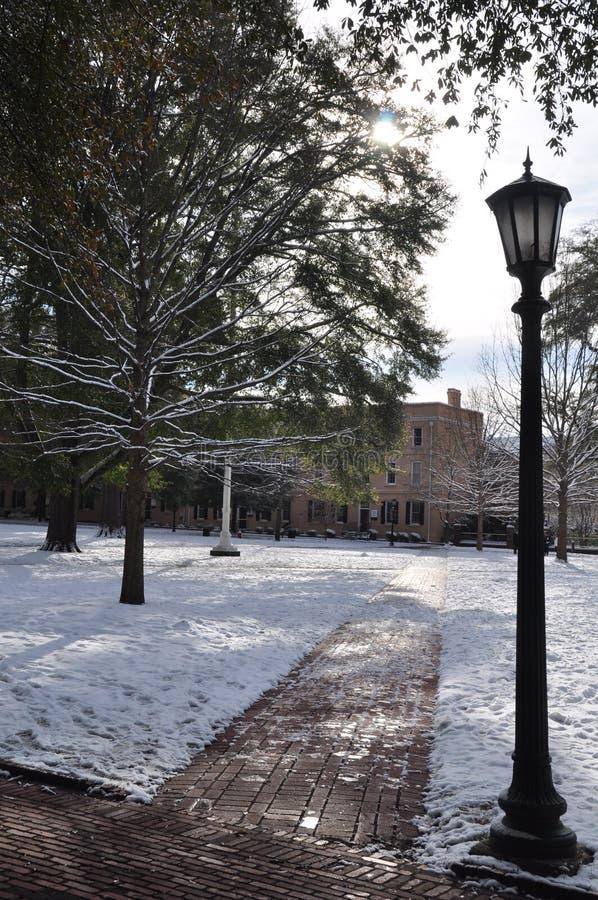Marciapiede di Snowy con una lanterna fotografia stock