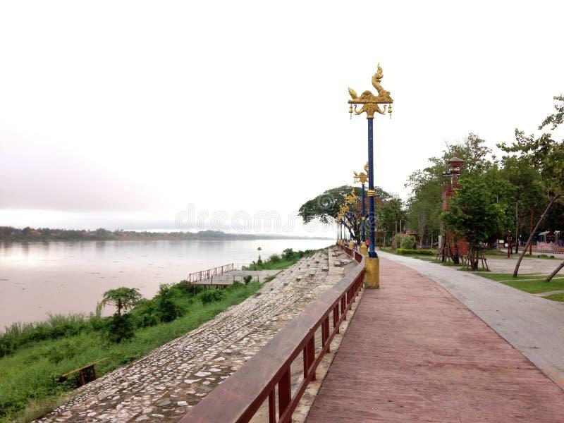 Marciapiede ed il Mekong in Chiang khan, Loei fotografie stock libere da diritti