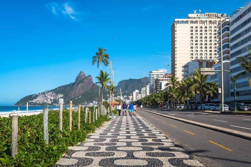 Marciapiede iconico alla spiaggia di Ipanema in Rio de Janeiro fotografia stock