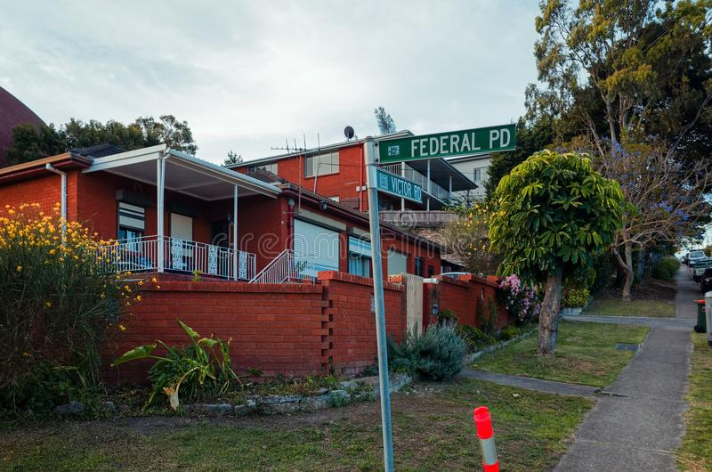 Marciapiede suburbano con le costruzioni in Sydney Australia immagini stock libere da diritti